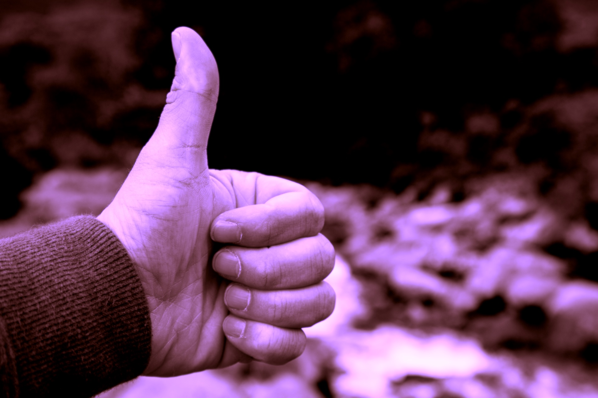 hand-showing-a-thumb-up-sign-1472905590W3g